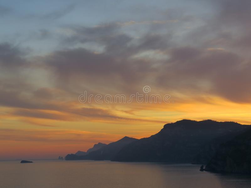 Coucher du soleil sur le golfe de Naples Côte d'Amalfi - Italie photographie stock libre de droits