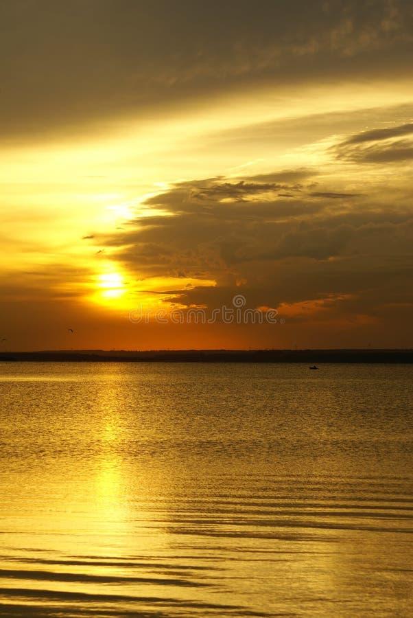 Coucher du soleil sur le lac images libres de droits