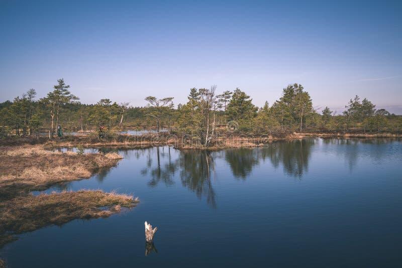 coucher du soleil sur le lac avec des réflexions de l'eau et dramatique colorés photo libre de droits