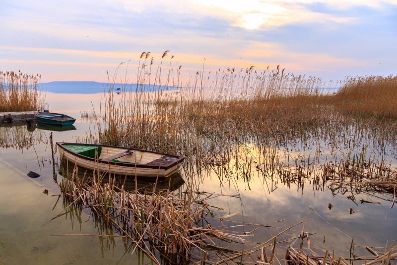 Coucher du soleil sur le Lac Balaton avec un bateau image libre de droits