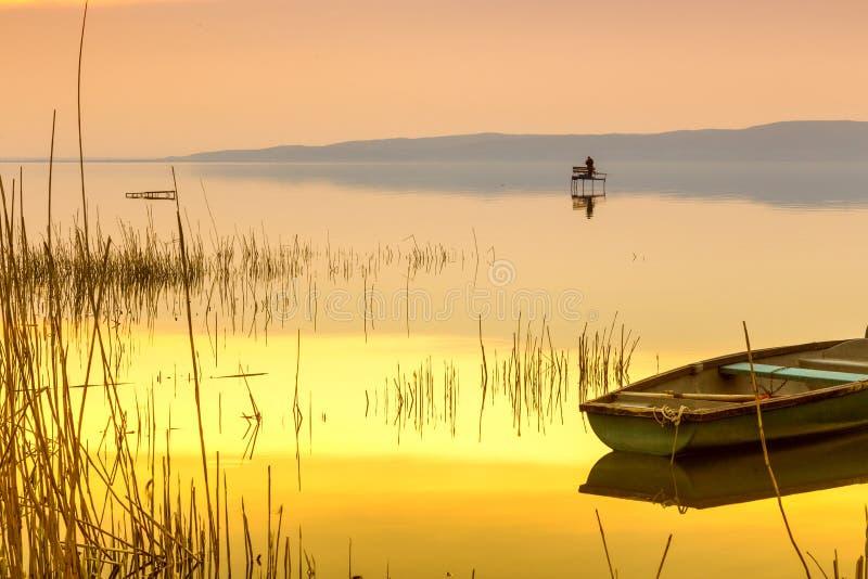 Coucher du soleil sur le Lac Balaton avec un bateau photo stock
