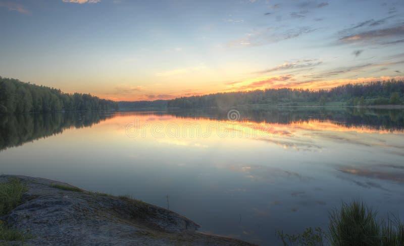 Coucher du soleil sur le lac, Carélie image libre de droits