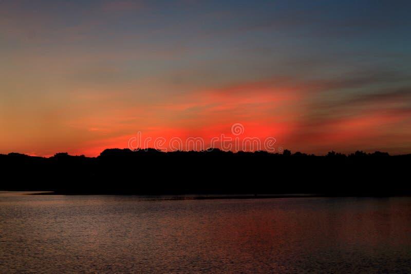 Coucher du soleil sur le lac inks en rouge images libres de droits