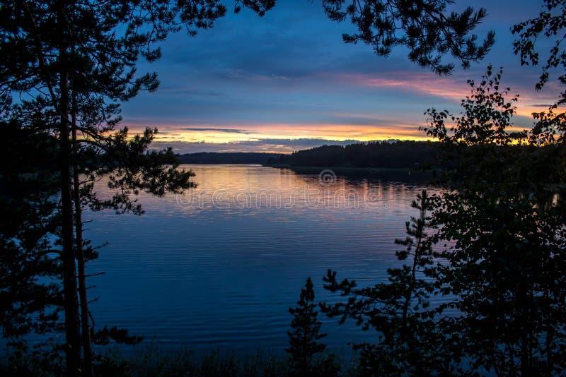 Coucher du soleil sur le lac Ladoga photos libres de droits