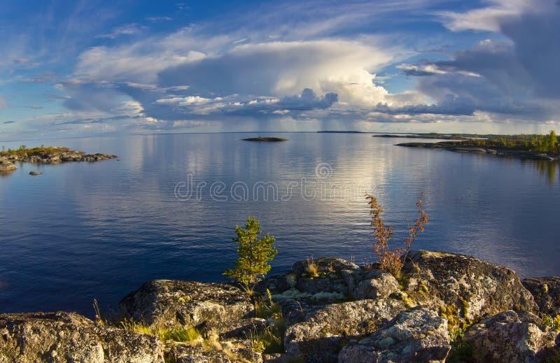 Coucher du soleil sur le lac Ladoga, Carélie photographie stock libre de droits