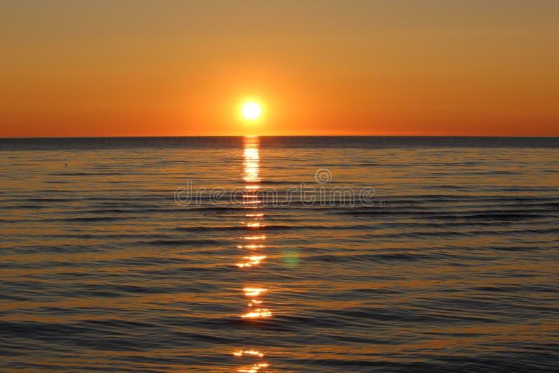 Coucher du soleil sur le lac Onega image libre de droits