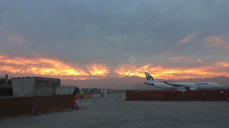 Coucher du soleil sur le nouveau terminal T2D de l'aéroport international d'Arturo Merino Benitez photos stock