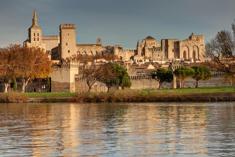 Coucher du soleil sur le palais de papes - Avignon - France image stock