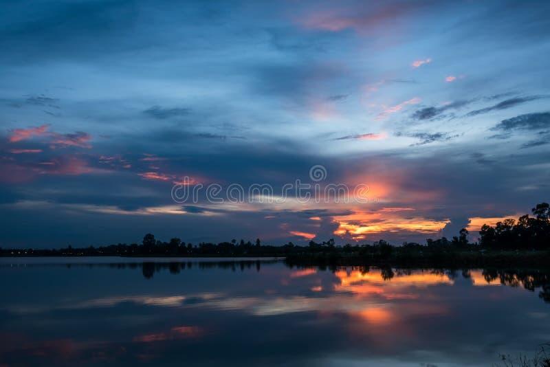 Coucher du soleil sur le paysage de lac photos stock