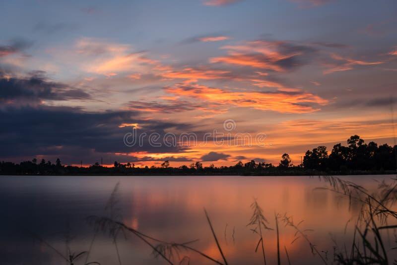Coucher du soleil sur le paysage de lac image stock