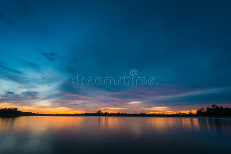 Coucher du soleil sur le paysage de lac photo libre de droits