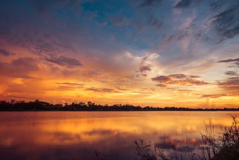 Coucher du soleil sur le paysage de lac images stock