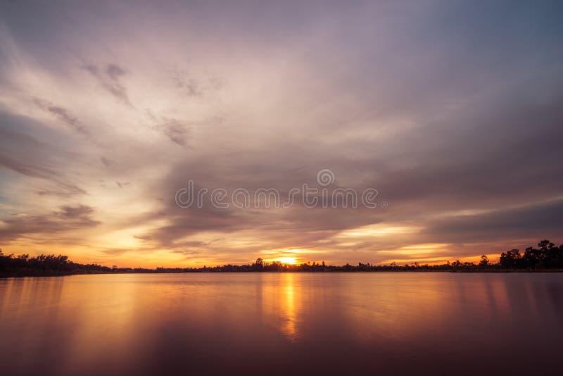 Coucher du soleil sur le paysage de lac photographie stock