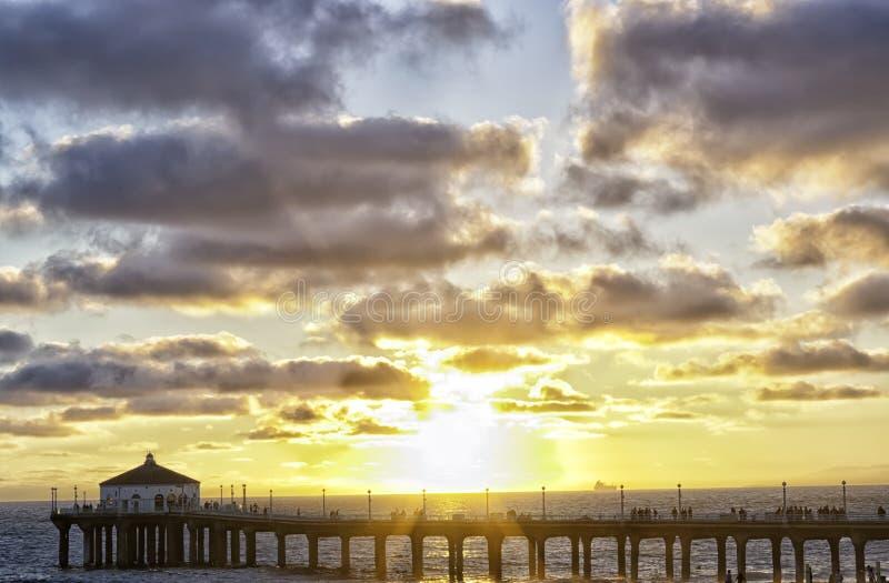 Coucher du soleil sur le pilier de Manhattan Beach images libres de droits