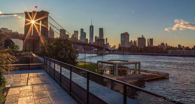 Coucher du soleil sur le pont de Broklyn photographie stock