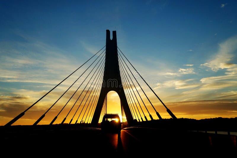 Coucher du soleil sur le pont près de Faro dans Algarve, Portugal photographie stock