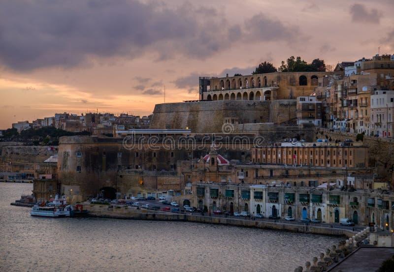 Coucher du soleil sur le remblai de La Valette malte images stock