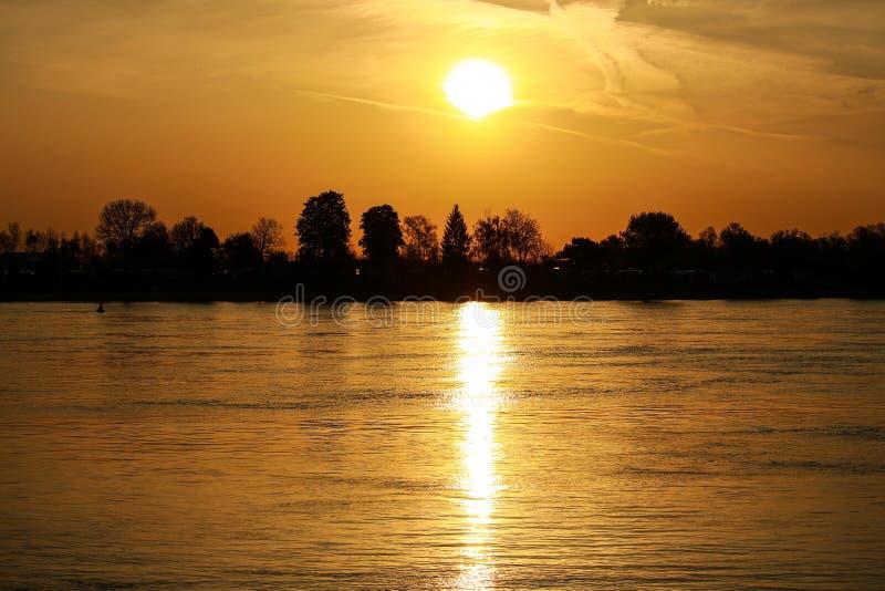 Coucher du soleil sur le Rhin dans Nierstein avec la silhouette du shor image stock