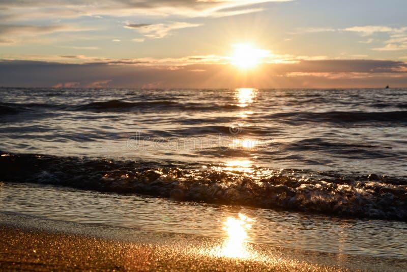 Coucher du soleil sur le rivage images stock