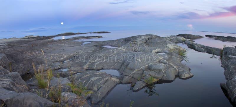 Coucher du soleil sur le rivage du lac Ladoga photographie stock
