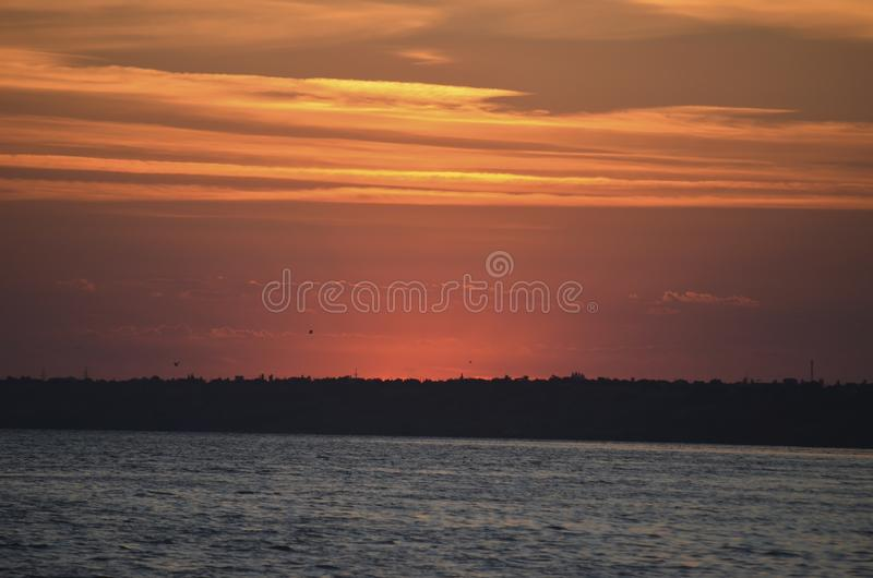 Coucher du soleil sur le rivage Le soleil s'est cach? derri?re le rivage oppos? Soir?e d'?t? photographie stock libre de droits
