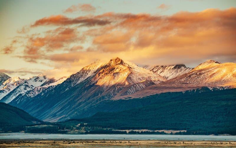 Coucher du soleil sur le sommet du Mt Faites cuire et La Perouse au Nouvelle-Zélande images stock