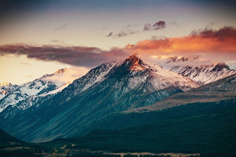 Coucher du soleil sur le sommet du Mt Faites cuire et La Perouse au Nouvelle-Zélande photos stock