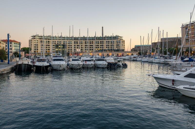Coucher du soleil sur le vieux dock de Savone en Ligurie photographie stock libre de droits