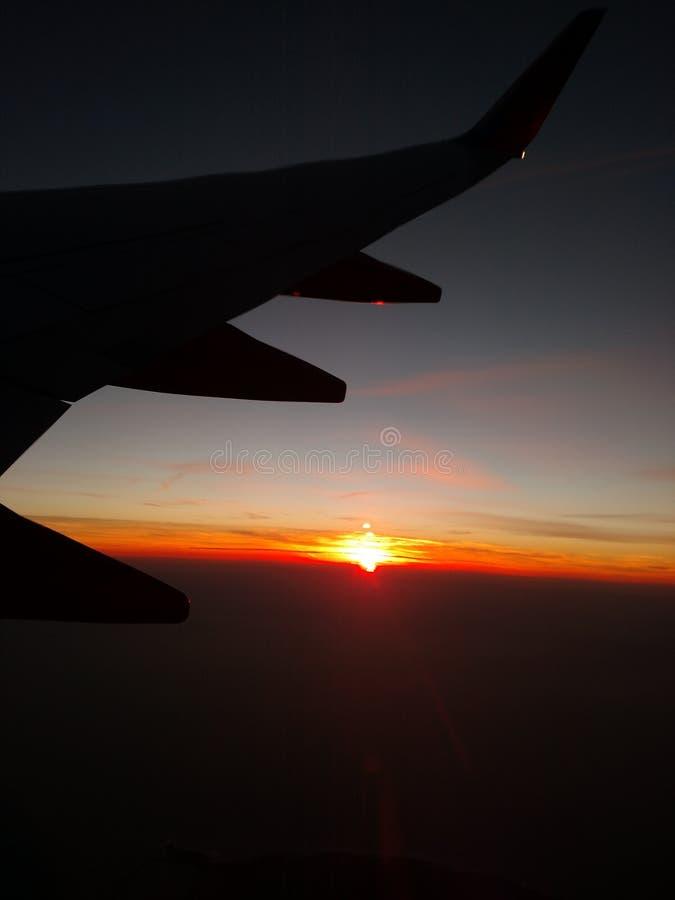 Coucher du soleil sur le vol photos stock