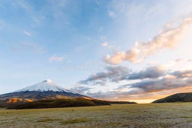 Coucher du soleil sur le volcan puissant du Cotopaxi photographie stock libre de droits
