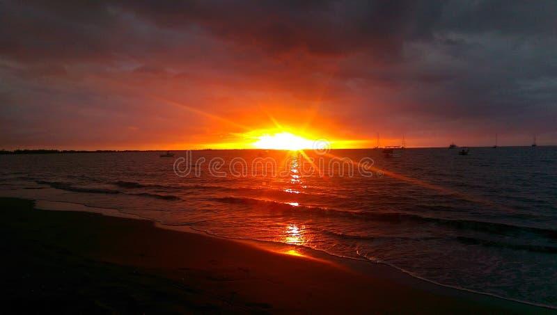 Coucher du soleil sur les Fidji image libre de droits