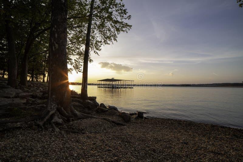 Coucher du soleil sur les rivages du lac rock de Tableau photo stock
