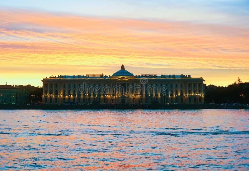 Coucher du soleil sur Neva, remblai d'Universitetskaya St Petersburg Académie des arts photo stock