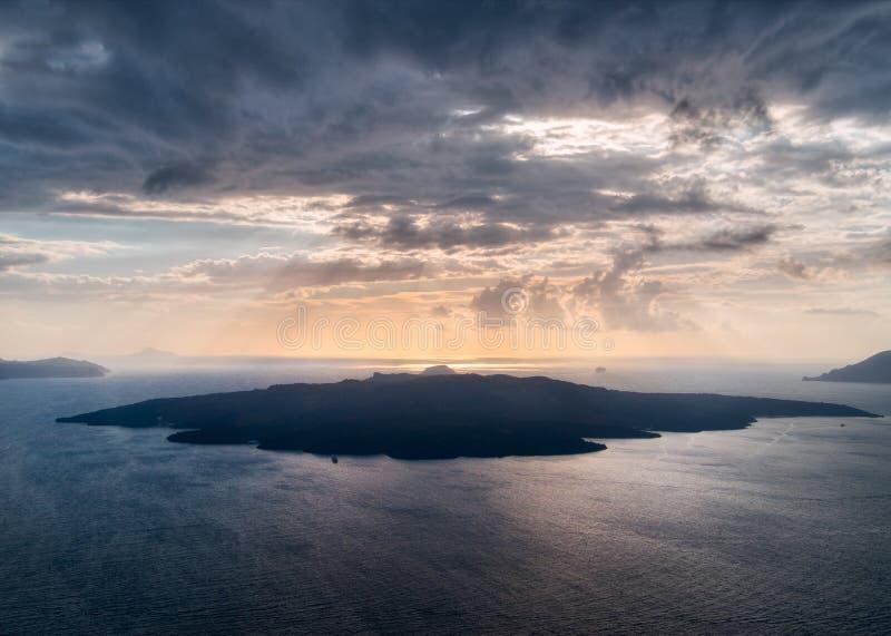Coucher du soleil sur Santorini avec les yeux d'un chat local La Grèce photos libres de droits