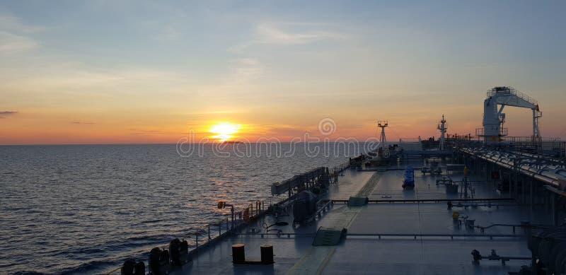 Coucher du soleil sur un bateau-citerne photos stock