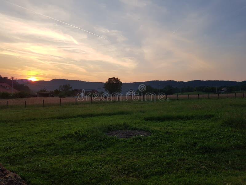 Coucher du soleil sur un coutryside photo libre de droits