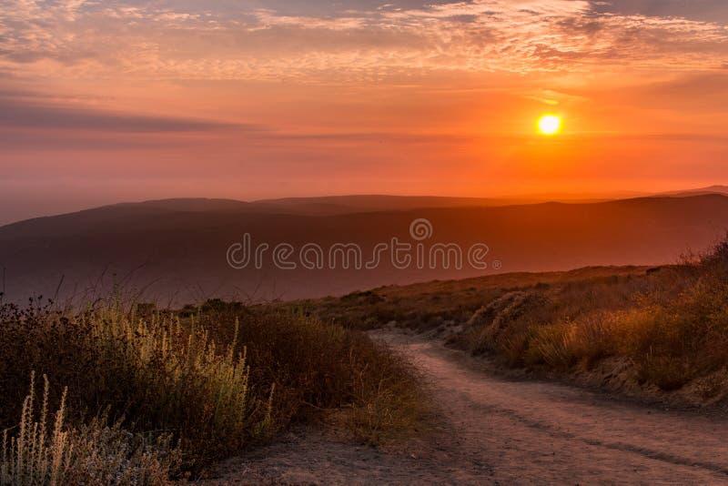 Coucher du soleil sur un itinéraire aménagé pour amateurs de la nature tranquille avec le beau ciel photos libres de droits