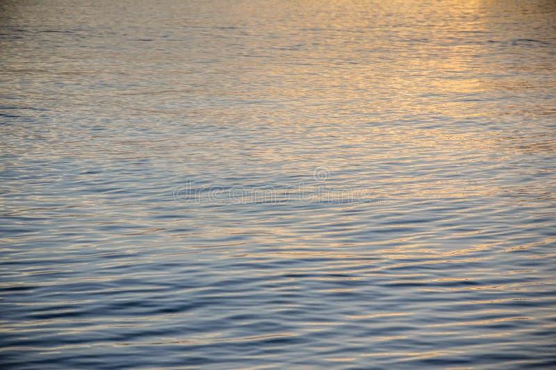 Coucher du soleil sur un océan calme images libres de droits
