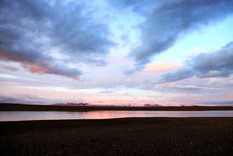 Coucher du soleil sur un petit lac en Islande photos libres de droits