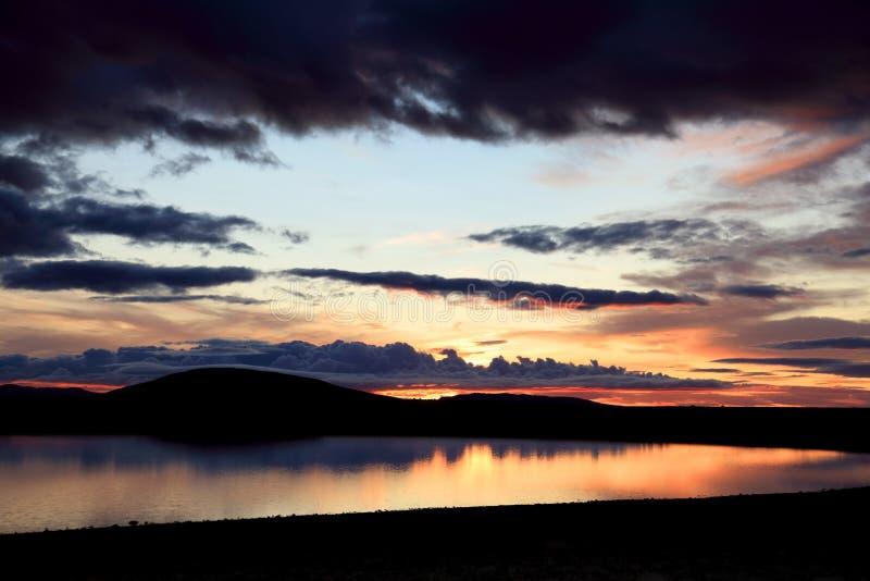 Coucher du soleil sur un petit lac en Islande image libre de droits
