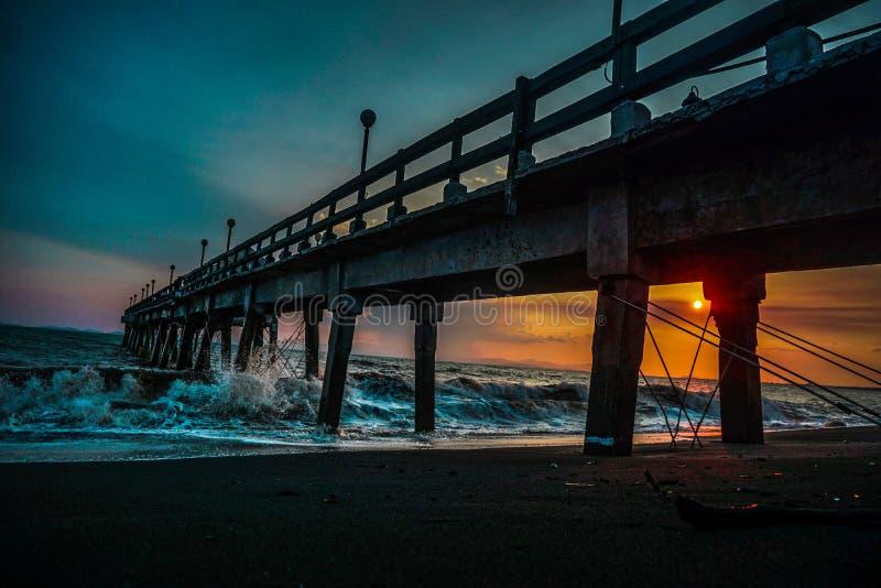 Coucher du soleil sur un pilier sur les plages des Caraïbe image stock
