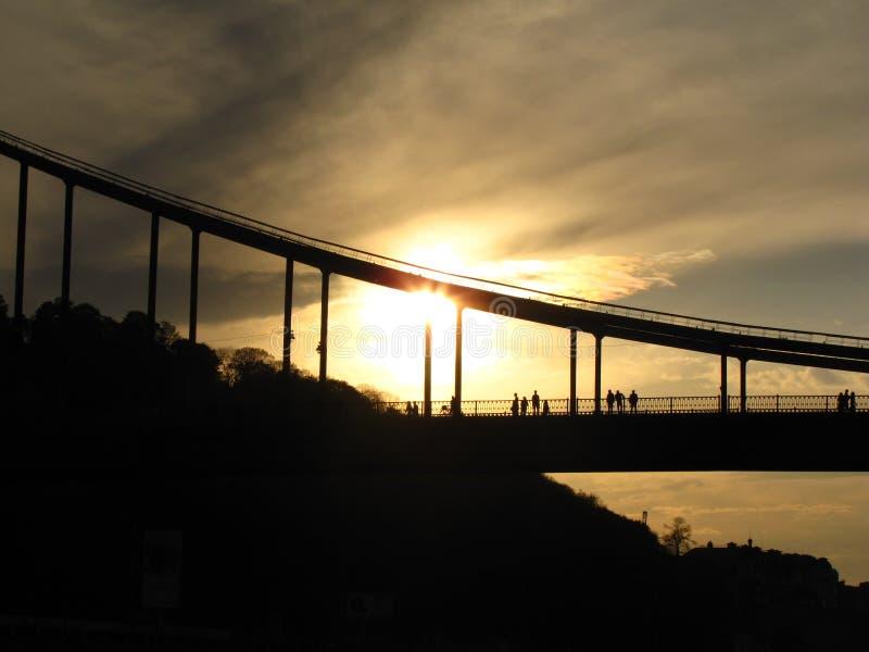 Coucher du soleil sur un pont image stock