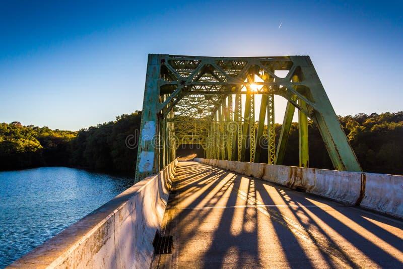 Coucher du soleil sur un pont au-dessus de réservoir de Prettyboy, dans le comté de Baltimore images libres de droits