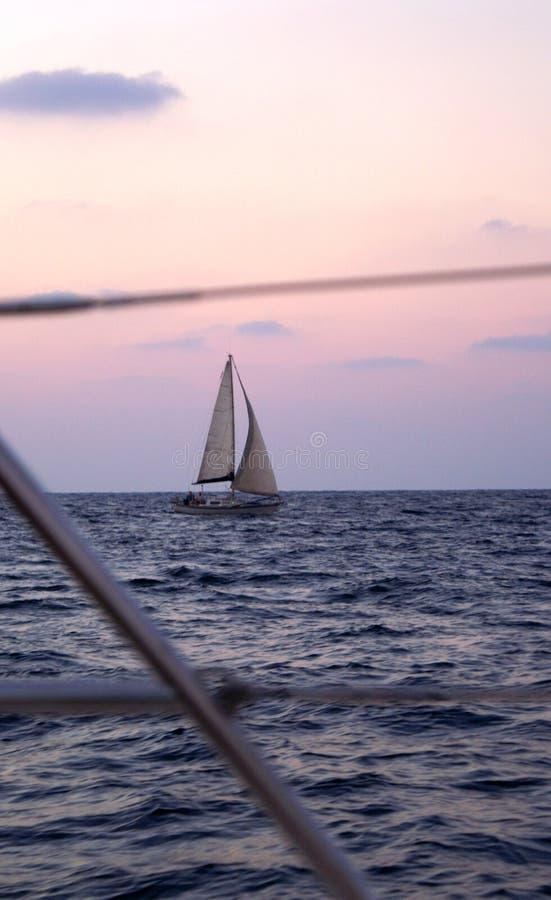 Coucher du soleil sur un yacht image libre de droits