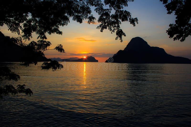 Coucher du soleil sur une île tropicale. Philippines images libres de droits