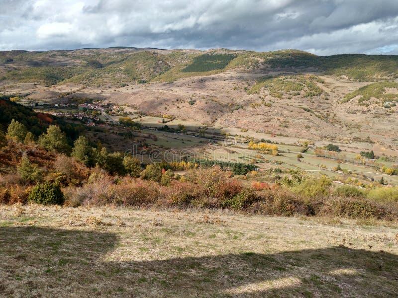 Coucher du soleil sur une colline à Ezcaray images libres de droits