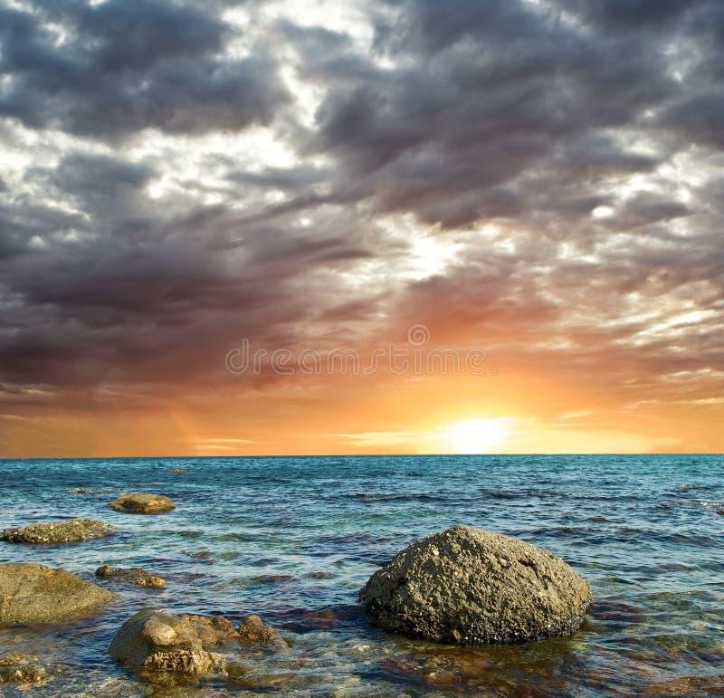 Coucher du soleil sur une mer images stock