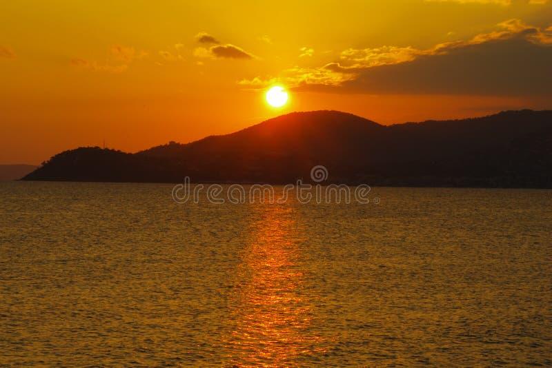 Coucher du soleil sur une montagne photographie stock