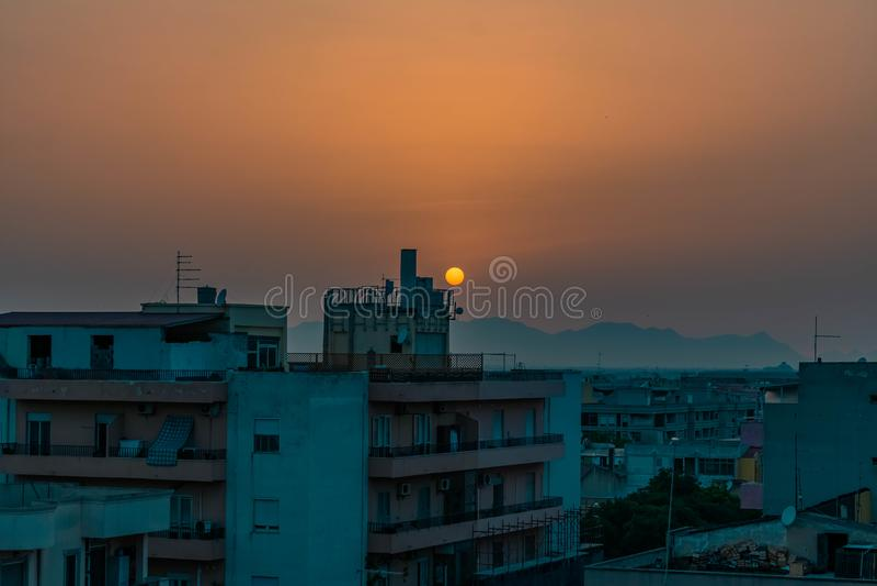 Coucher du soleil sur une ville vide image stock