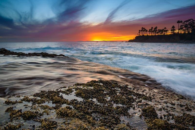 Coucher du soleil très coloré dans le Laguna Beach photographie stock